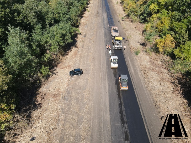 На ділянці автошляху 0081135 Мелітопольського району розпочато укладання вирівнюючого шару асфальтобетону