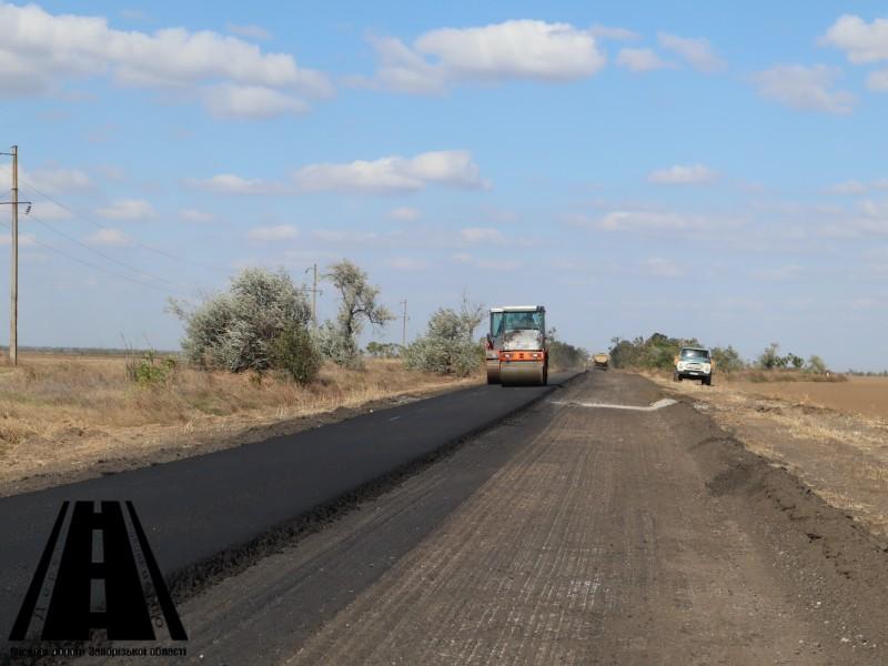 На ділянці автошляху О081030 біля села Гірсівка розпочато укладання вирівнюючого шару асфальтобетону